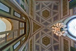 Verzierten Decke und ein Kronleuchter in Villa des achtzehnten Jahrhunderts in Venetien