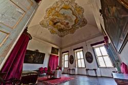 einer der Bettzimmern inneren der venetische Villa, das rotes Zimmer
