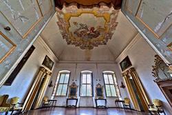 Die verzierten Decke und Fenster von einem der Säle des achtzehnten Jahrhunderts Villa in Verona