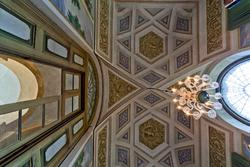 Soffitto decorato e lampadario in villa settecentesca in Veneto