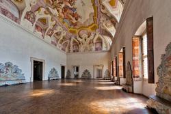 Vista del salone con finestre, villa veneta Pompei